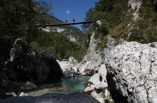 E24 Hanegebruecke ueber Soca Fluss c Alessandro Trovati